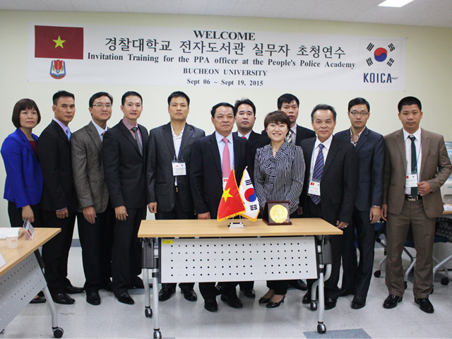 The delegation took the memorial photograph with Mrs. Park Soon Sim - Lecturer in Design and Databases Management