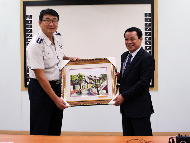 Comrade Major General, Dr. Dang Xuan Khang - Deputy Director of the Academy presents souvenirs to the People's Police University Korean National Police