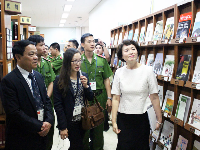 The PPA delegation led by Major General, Dr. Dang Xuan Khang visited the Library of the Korean National Police University