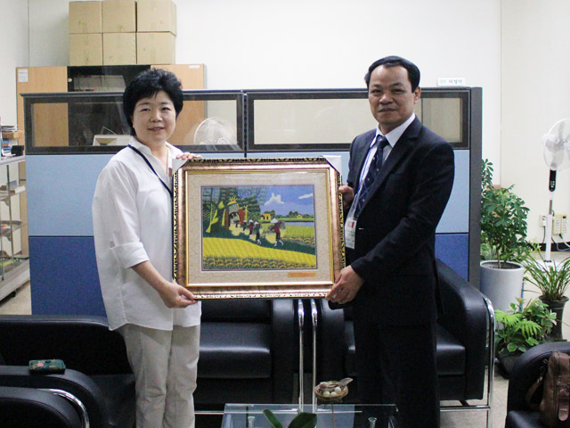 Major General, Dr. Dang Xuan Khang presented a souvenir to the Management Board of National Library of Korea