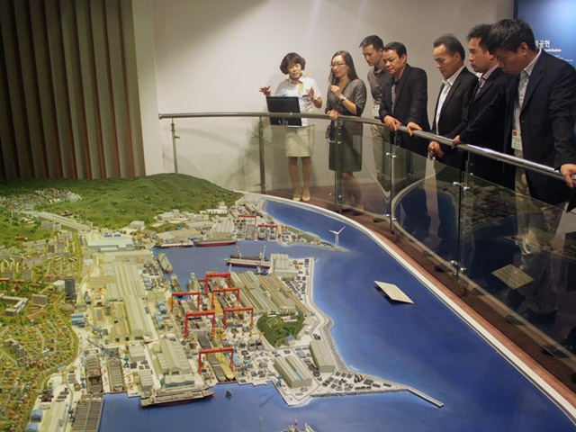 The delegation visited the exhibition room of the HYUNDAI Heavy Industry Company