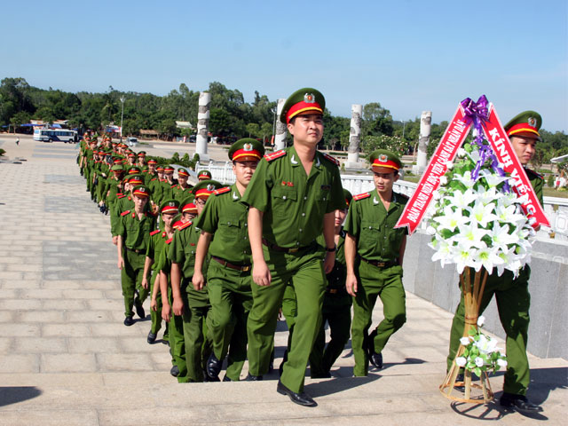 Youth Union of PPA thurified at Monument of Vietnamese Heroic Mother - Nguyen Thi Thu