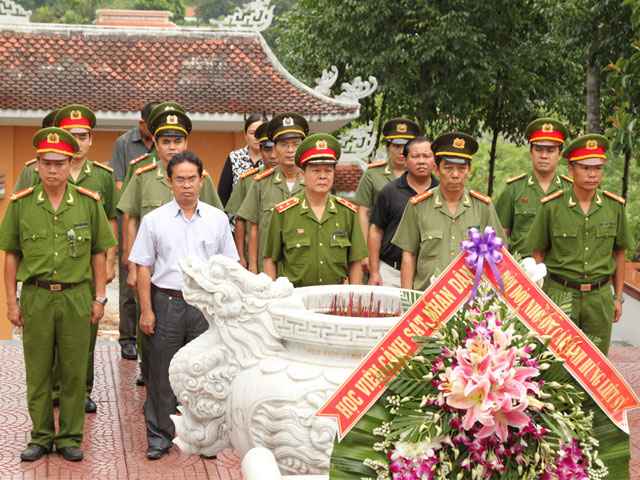 Lieutenant General Nguyen Xuan Yem, President of the PPA, Senior Colonel Nguyen Viet Loi, Director of Police Department of Quang Nam province and the PPA's Youth Union thurified  at historic relic of Security Zone V.