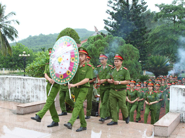 Youth Union of PPA offered the gratitude to the heroic martyrs at martyrs' cemetery in Bac Tra My district, Quang Nam province