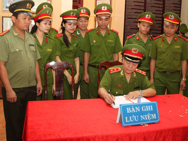 Lieutenant General Nguyen Xuan Yem, President of PPA wrote at the souvenir book in the historic relic of Security Zone V.