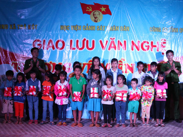 The PPA's Youth Union presented gifts for with a total value of 28 million VND for families which were under preferential treatment policy, in difficult circumstances as well as excellent pupils who overcome difficulties.