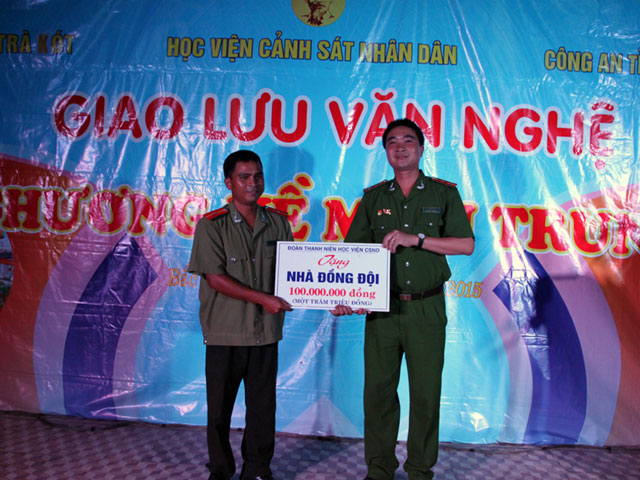 Captain Le Van Tu, Secretary of the PPA's Youth Union presented the donated house for family of Second Lieutenant Tran Van Xuyen