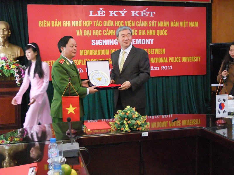 KNPU President presents gift for the PPA