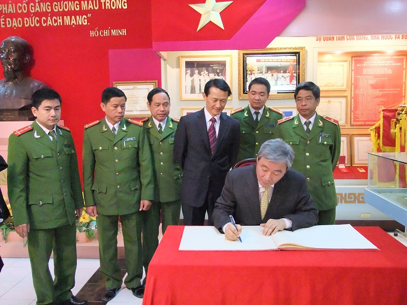 KNPU President writes visitors' book