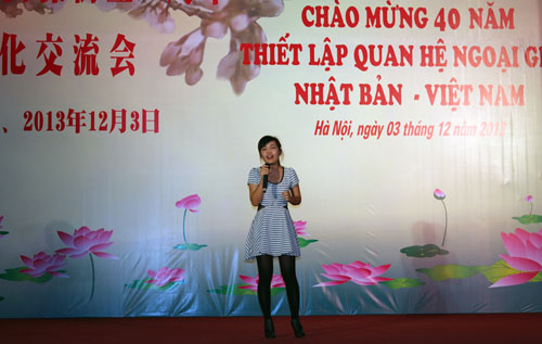 "Bich Hanh, student of the University of Languages and International Studies (ULIS) - Vietnam National University with the song ""Sakurairo Maukoro"""
