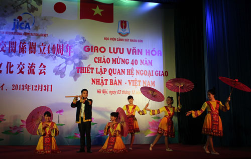 """Xuan ve tren ban Mong"" - Flute Solo and ethnic dance of the PPA's students"