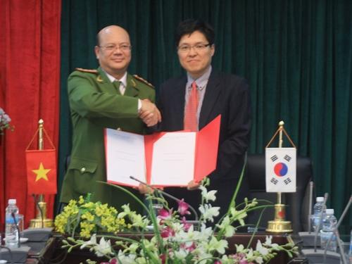 Đại tá, PGS.TS Trần Minh Chất, Phó Giám đốc Học viện CSND ký kết chương trình hợp tác đào tạo lực lượng bảo vệ chuyên nghiệp với ngài Park Sang Hyun, Phó Hiệu trưởng trường Đại học Daekyeung, Hàn Quốc
