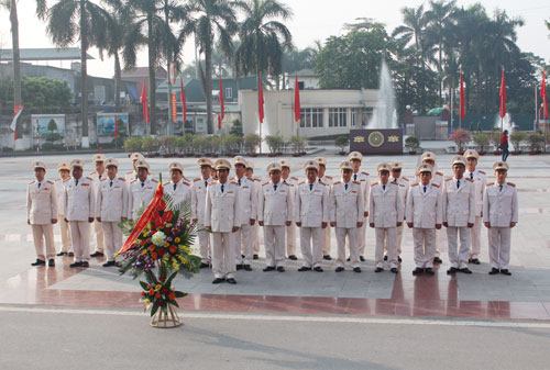 Leader of the PPA and Heads of the units raised the flowers at President Ho Chi Minh Monument.