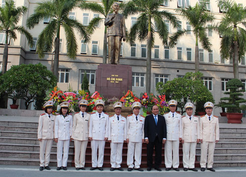 Deputy Prime Minister Nguyen Xuan Phuc took memorial photograph with officers and teachers of the PPA.