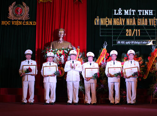 Leader of the PPA congratulated the teachers were presented the Medal for Education.