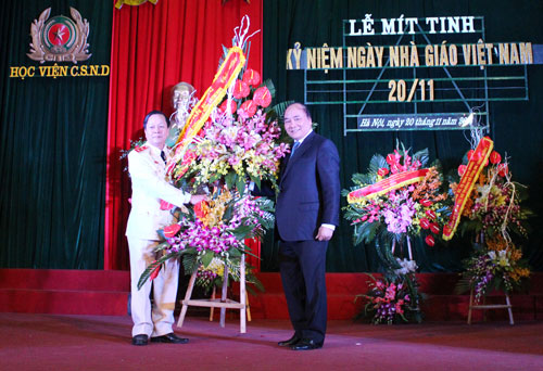 Deputy Prime Minister of the S.R.V Nguyen Xuan Phuc presented the congratulated flowers to the officers, teachers and students of the PPA.