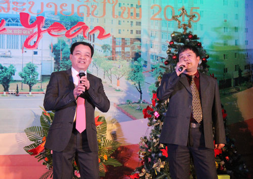 "The duo ""I would love you to want me"" of Mr Dang Xuan Khang and Mr. Phung Viet Hoa opened the Evening Gala"