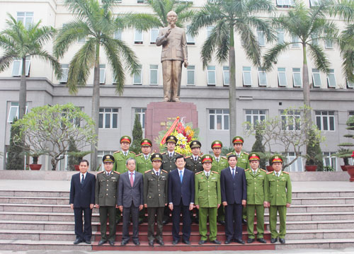 President Truong Tan Sang took the memorial photographs at the statue of President Ho Chi Minh