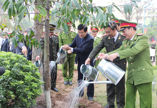 President Truong Tan Sang and the leaders of the Ministry of Public Security, the PPA planted the memorial tree