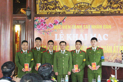 Major General Dang Xuan Khang congratulated 05 best writers of the poetry contest