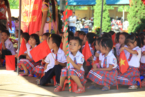 The pupils of Yen Quang primary school in the first day of school