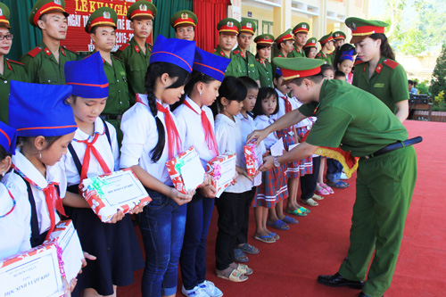 Volunteer group gave 25 sets of gift to the pupils