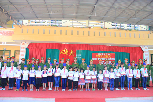 Volunteer group took memorial photograph with the pupils of Yen Quang primary school