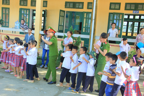 The PPA's lecturers and students played the traditional games with the children in the first day of school