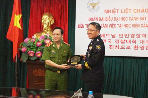 Lãnh đạo Học viện CSND và Đại học Cảnh sát Quốc gia Hàn Quốc tặng quà quà lưu niệm
