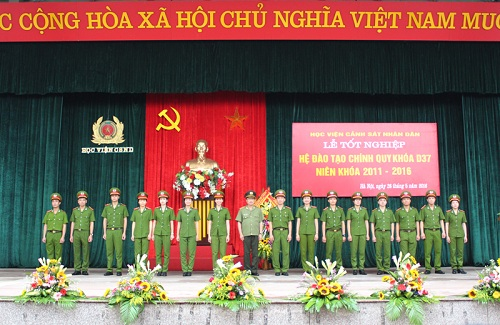 15 typical students of the course D37 were worn the rank by Senior Lieutenant General, Dr. Nguyen Van Thanh, Vice Minister of Public Security