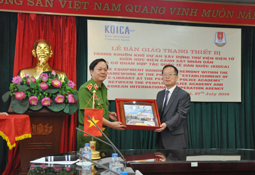 The PPA presented the souvenir to the KOICA Vietnam Office