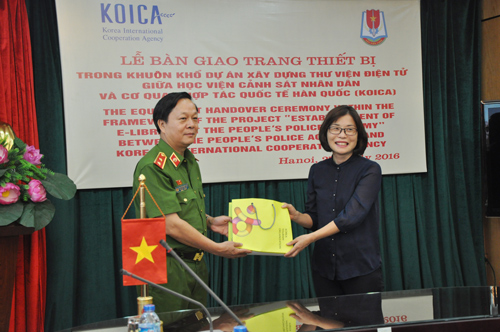 Representative of the Korean Tourism Organization in Vietnam presented books for the PPA's Library
