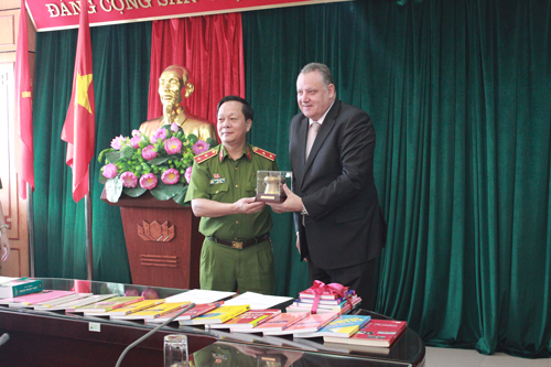 3. Lieutenant General, Prof. Dr. Nguyen Xuan Yem presented souvenir to Mr. Pierre Guiton.