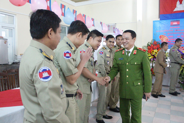 Major General, Assoc.Prof.Dr Dang Xuan Khang congratulated the Cambodian students