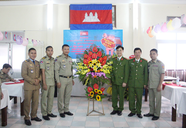 Leaders of Student Management Department congratulated the Cambodian students.
