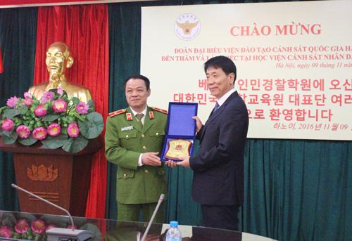 Lãnh đạo Học viện CSND tặng quà lưu niệm cho lãnh đạo Viện Đào tạo Cảnh sát Hàn Quốc