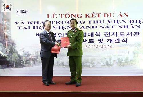 Đại diện Văn phòng KOICA tại Việt Nam bàn giao  Thư viện điện tử cho Học viện CSND