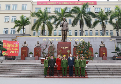 Delegations visited and took photos at the Monument of President Ho Chi Minh and the late Ministers of Interior, Ministers of Public Security through the periods
