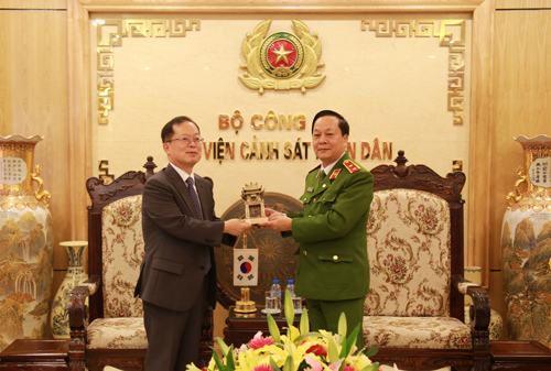 Mr. Chang Jae Yun thanked the PPA for helping him to complete his tenure in Vietnam and affirmed that despite working positions, he always supported the good cooperative relationship between the KOICA Office and partners in Vietnam, especially the PPA.