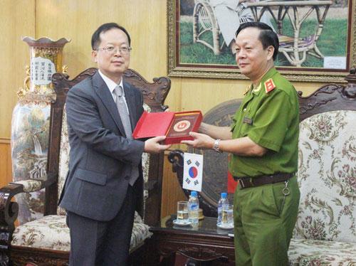 Trung tướng, GS.TS. Nguyễn Xuân Yêm, Giám đốc Học viện CSND tặng quà lưu niệm cho Đoàn đại biểu Cơ quan Hợp tác quốc tế Hàn Quốc tại Việt Nam