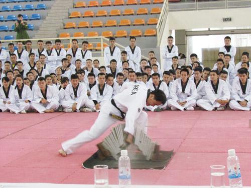 Ông Kim Ouk Seong, Trưởng đoàn chuyên gia biểu diễn màn công phá của Teakwondo