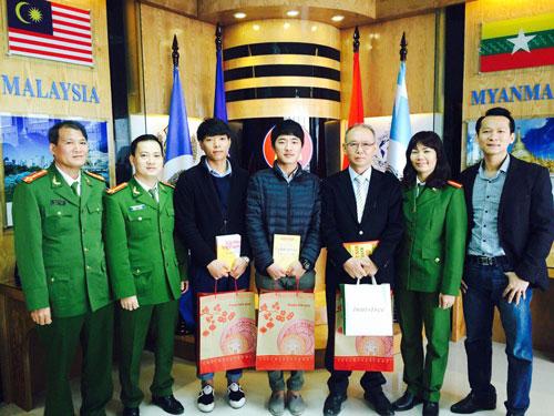 Lãnh đạo Phòng HTQT và Trung tâm LT&TV chụp ảnh lưu niệm với các chuyên gia, TNV KOICA Hàn Quốc trong buổi gặp mặt các chuyên gia, tình nguyện viên Hàn Quốc đang công tác tại Học viện CSND