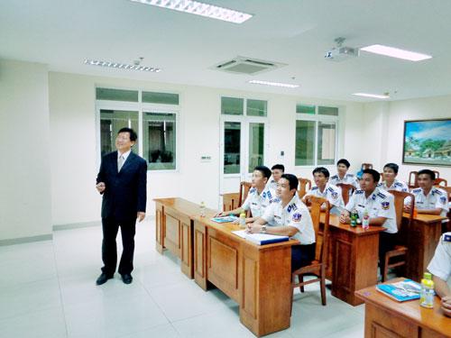 Học viên lớp Bồi dưỡng Cảnh sát Biển nghe Chuyên gia Cảnh sát Hàn Quốc báo cáo thực tế