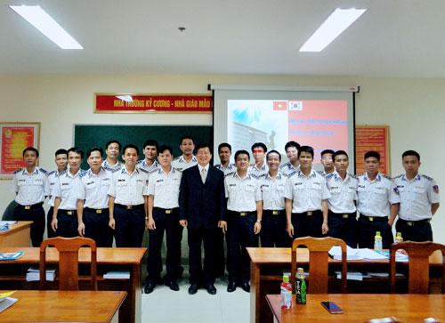 Chuyên gia Hàn Quốc cùng lớp Bồi Dưỡng Cảnh sát biển chụp ảnh lưu niệm