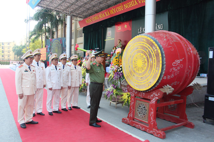 H.E. Senior Lieutenant General, Prof. Dr. To Lam - Minister of Public Security drummed to open the new academic year 2016 - 2017