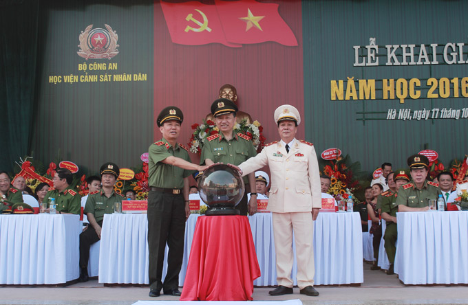 H.E. Senior Lieutenant General, Prof. Dr. To Lam - Minister of Public Security; Lieutenant General Tran Ba Thieu and Lieutenant General  Nguyen Xuan Yem pressed the button to launch the electronic management system of the PPA