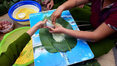 To prepare for the activity of making Chung cake, the students bought Dong leaves, beans, glutinous rice, etc and soaked carefully in advance