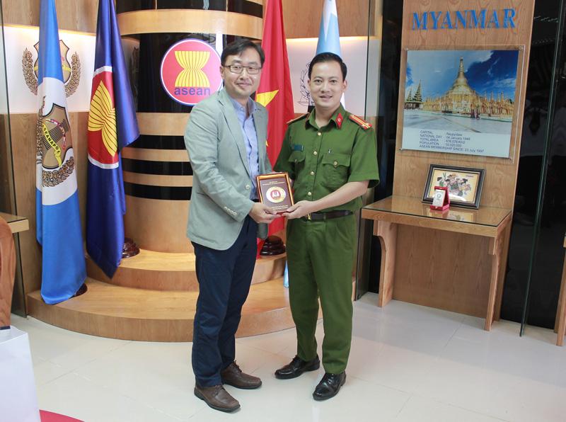 Trung tá Cao Hoàng Long - quyền Trưởng phòng Hợp tác quốc tế tặng quà lưu niệm cho Đoàn công tác Cơ quan Cảnh sát Quốc gia Hàn Quốc