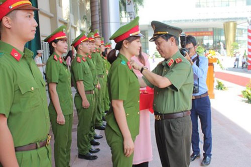 Deputy Minister Nguyen Van Son worn the rank for the new police officers