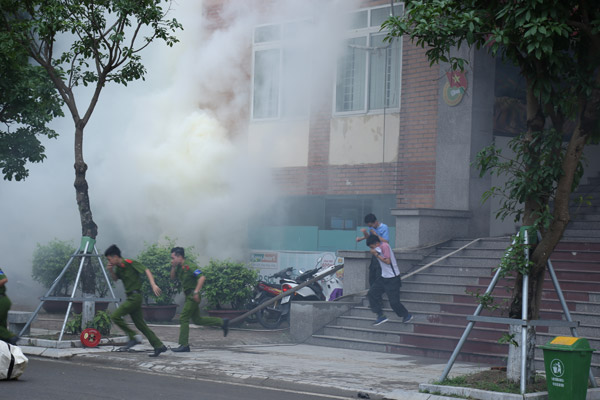 Practical exercises by the Labor Union of Hanoi Fire prevention and fighting Police and the Labor Union of PPA jointly implemented